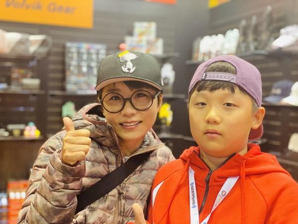 '땅콩 골퍼' 김미현(왼쪽)이 엄마처럼 유명한 골프 선수가 되고 싶다는 꿈을 지닌 초등학교 4학년 아들 이예성군과 23일 미국 올랜도 PGA쇼 전시관에서 포즈를 취했다./민학수 기자