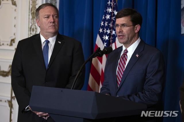 [팜비치=AP/뉴시스]마크 에스퍼(오른쪽) 미국 국방장관이 29일(현지시간) 미 플로리다주 팜비치 소재 트럼프 대통령의 마러라고 리조트에서 마이크 폼페이오 미 국무장관과 함께 미군의 이라크와 시리아 공습과 관련해 성명을 발표하고 있다. 에스퍼 장관은 이날 이라크와 시리아를 겨냥한 미군의 이번 공습에 대해 성공적이었다고 평가했다. 2019.12.30.