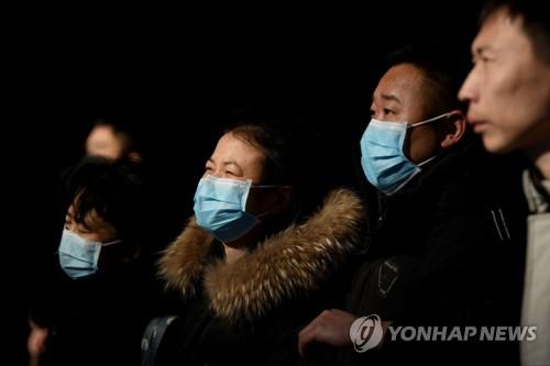 24일 베이징의 기차역에서 마스크를 쓰고 기차를 기다리는 승객들 [AFP=연합뉴스]