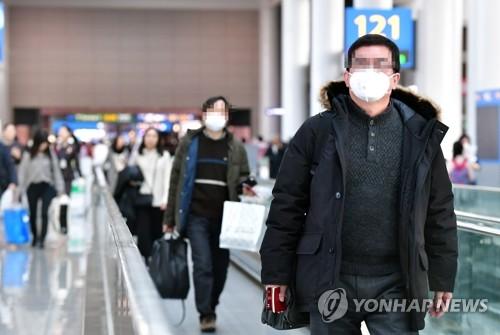 '마스크 착용 필수' 신종 코로나바이러스로 인한 '우한 폐렴' 사망자가 중국에서 급증하는 가운데 1월 23일 인천국제공항에서 탑승객들이 마스크를 쓴 채 걷고 있다. [연합뉴스 자료사진]