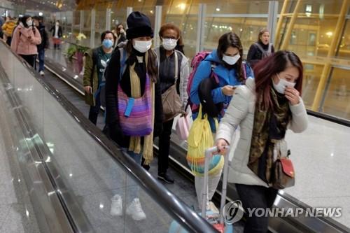 '우한 폐렴' 공포…마스크 쓴 베이징공항 여행객들 (베이징 로이터=연합뉴스) 25일 중국 베이징 공항에 도착한 여행객들이 마스크를 쓴 채 에스컬레이터를 타고 이동하고 있다. leekm@yna.co.kr