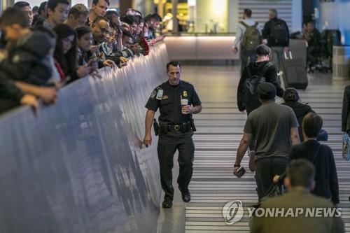 지난 18일 첫 바이러스 검역 검사가 시작된 미국 로스앤젤레스 국제공항 [AFP=연합뉴스]