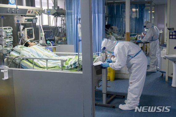 [우한=AP/뉴시스]중국 후베이성 우한시 한 병원 중환자실에서 지난 24일 의료진이 환자를 치료하고 있다. 중국에서는 신종 코로나바이러스로 인한 이른바 '우한 폐렴'이 확산하고 있다. 이로 인한 사망자가 41명으로 늘어났다. 2020.01.25.