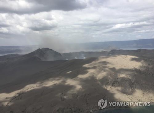 지난 21일 옅은 화산재를 내뿜고 있는 탈(Taal) 화산 [필리핀 민방위청 제공/AP]