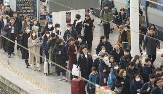 설 연휴 사흘째이자 국내에서 세 번째 우한 폐렴 확진 환자가 발생한 26일 서울역에서 마스크를 쓴 귀경객이 플랫폼을 나서고 있다. 연합뉴스