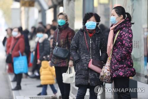 중국 폐렴 공포…마스크 쓴 우한 주민들 (우한 EPA=연합뉴스) 20일 중국 후베이성 성도 우한의 주민들이 마스크를 쓴 채 신종 코로나바이러스에 의한 폐렴 발병의 근원지로 지목돼 폐쇄된 화난 해산물 도매시장 인근 버스 정류소에서 버스를 기다리고 있다. leekm@yna.co.kr