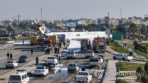 27일 이란서 여객기 활주로 이탈, 도로 착륙 [AFP=연합뉴스]