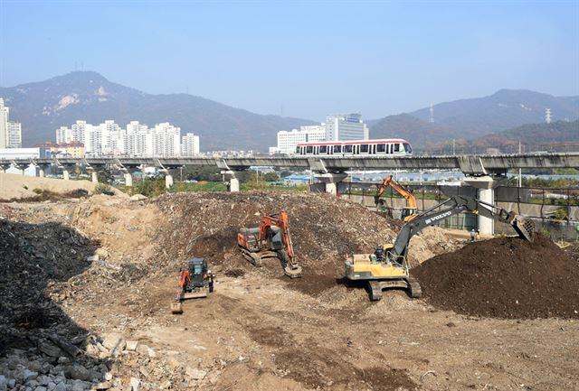 폐기물 26만t이 20년 넘게 쌓여 있던 의정부시 신곡동 '쓰레기 산' 모습. 의정부시는 이곳에 국제 테니스장 건립을 추진한다. 의정부시 제공