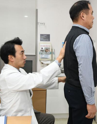 재활의학과 박중현 교수가 척추의 상태를 진단하고 있다. 강남세브란스병원 제공