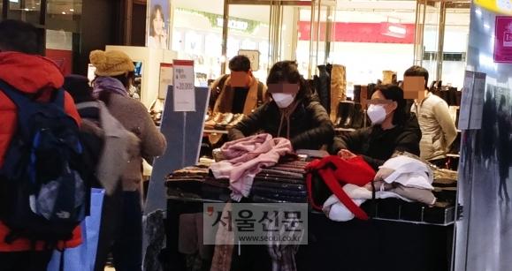 서울역에서 마스크 쓴 채 근무하는 의류매장 직원 - 설 연휴가 끝난 28일 서울역 내 의류 매장 외부 판매대에서 직원들이 신종코로나바이러스에 대비해 마스크를 쓴 채 제품을 진열하고 있다.강주리 기자 jurik@seoul.co.kr
