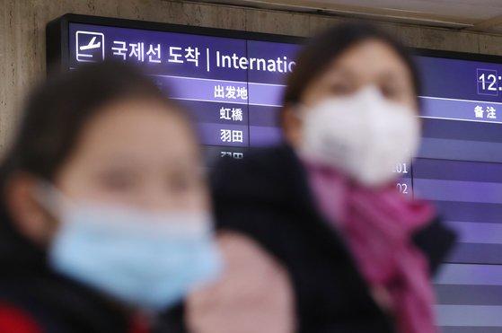 중국발 여행기 승객이 28일 서울 김포공항에서 마스크를 쓰고 입국하고 있다. 중국 우한 교민도 30~31일 전세기를 통해 김포공항으로 들어온다. [뉴스1]