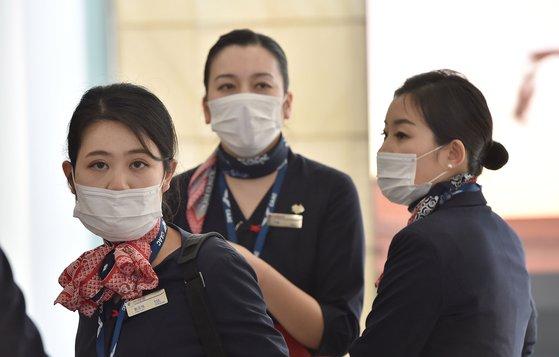 25일(현지시간) 호주 시드니 공항에서 상하이발 중국동부항공 소속 항공 승무원들이 마스크를 쓰고 도착하고 있다. 호주에서도 코로나바이러스 감염이 확인됐다. [AFP=연합뉴스]