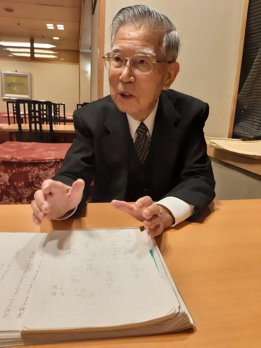 지난 28일 일본 나라 시내 호텔에서 만난 고바야시 교수. 일본 고찰 도다이사 소장 신라 화엄경 사경을 복제한 텍스트북을 펼쳐놓고 사경의 글자와 각필에 대해 설명하고 있다.