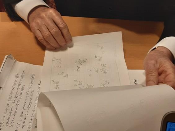 고바야시 교수가 인터뷰중 내보인 각필메모장. 신라 사경에서 읽은 다양한 각필부호들을 조사현장에서 즉석에 써서 표기해놓았다.