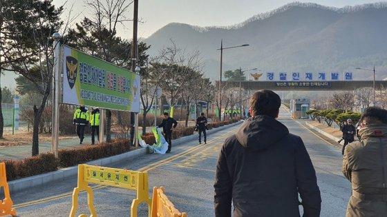 중국 후베이성 우한과 인근 지역 체류 교민 367명을 태운 전세기가 한국으로 돌아온 31일 충남 아산 경찰인재개발원 입구에 붙은 플래카]를 한 주민이 찢고 있다. [사진 독자]