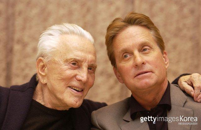 커크 더글라스와 아들인 배우 마이클 더글라스. 사진출처 | (GettyImages)/코리아