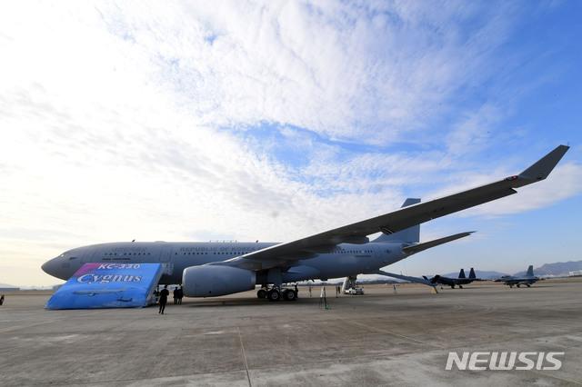 【서울=뉴시스】 사진공동취재단 = 30일 공군 김해기지에서 열린 KC-330 공중급유기 전력화 행사에서 KC-300 시그너스(Cygnus)라고 적힌 현수막이 펼쳐지고 있다.  2019.01.30.    photo@newsis.com