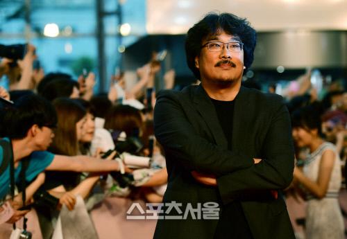 지난 2017년 6월 영화 '옥자' 레드카펫 행사에서 봉준호 감독이 포즈를 취하고 있다. 스포츠서울DB