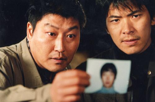 봉준호 감독의 첫 흥행작 '살인의 추억'에서 송강호(왼쪽)와 김상경. 출처 영화스틸