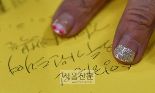 지씨가 이번 달 출간한 자서전 '할담비, 인생 정말 모르는 거야'에 사인을 하고 있다. 무료로 받았다는 네일아트가 눈길을 끈다.박지환 기자 popocar@seoul.co.kr