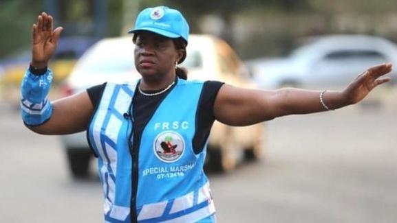 9년 전 뺑소니 사고로 아들을 잃고 교통정리 활동을 하고 있는 나이지리아의 판사 멘셈./BBC