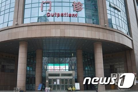 우한시중심의원 입구 모습 (출처=차이신왕)© 뉴스1