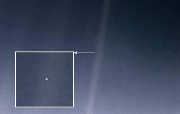 30년 전 미국항공우주국(NASA)의 탐사선 ′보이저 1호′가 촬영한 지구의 모습을 현대 기술을 활용해 보정한 사진이다. 카메라에 산란되 비친 태양 광선 중간에 빛나는 푸른 점이 지구다. NASA 제공
