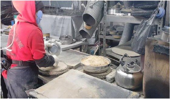규조토를 사용해 스테인리스스틸 용기를 세척하는 작업 현장. 그릇에 담긴 분말이 규조토다. [사진 근로복지공단 직업환경연구원]