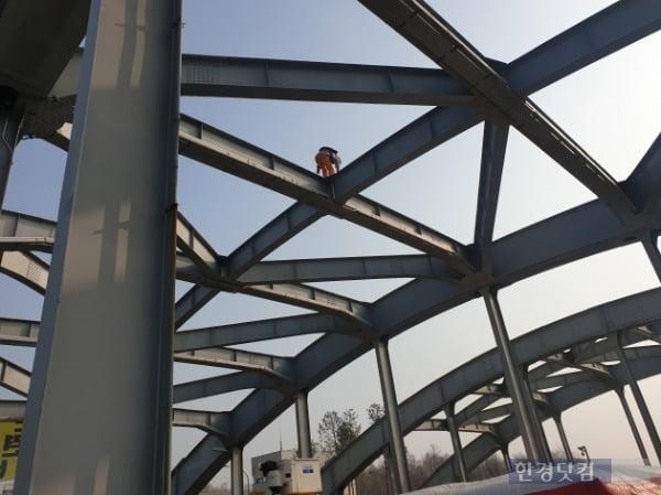 14일 오전 서울 한강대교 아치 구조물에 신원 미상의 남성 1명이 올라가 3시간째 농성을 이어오고 있다. /사진=조준혁 한경닷컴 기자