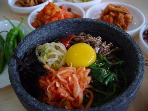 가장 인기 있는 한국 음식 비빔밥 브라질 일간 폴랴 지 상파울루가 가장 인기 있는 한국 음식으로 소개한 비빔밥 [브라질 일간 폴랴 지 상파울루]