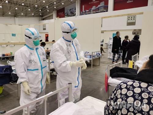 중국 우한의 의료진과 환자 [신화=연합뉴스]