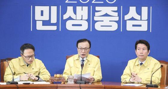 더불어민주당이 14일 임미리 교수에 대한 고발을 취소하겠다고 밝혔다. 사진은 이해찬 더불어민주당 대표(가운데)가 지난 10일 오전 국회에서 열린 최고위원회의에서 발언하는 모습. 임현동 기자