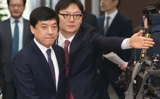 이성윤 서울중앙지검장(왼쪽)이 10일 열린 전국 검사장 회의에 참석하려 회의실에 들어서고 있다. 오종택 기자