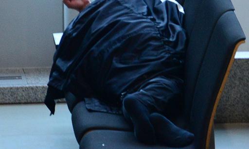 지난 12일 인천국제공항에서 노숙인이 잠퍼로 얼굴을 가린 채 의자에 누워 잠을 자고 있다. 세명이 앉을 수 있는 의자마다 이처럼 누워서 혼자 차지하고 있는 이들이 보였다.