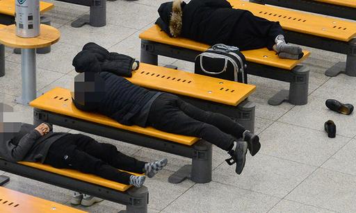 지난 12일 인천공항에서 노숙인들이 의자에 누워 잠을 자고 있다.