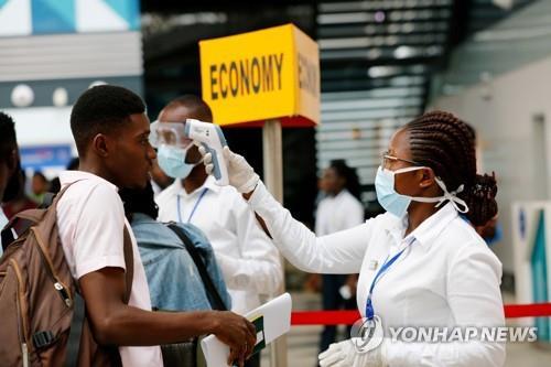 1월30일(현지시간) 아프리카 가나의 아크라 국제공항에서 보건당국 직원들이 코로나19 검역 차원에서 여행객들을 상대로 발열 검사를 진행하고 있다. (로이터=연합뉴스)