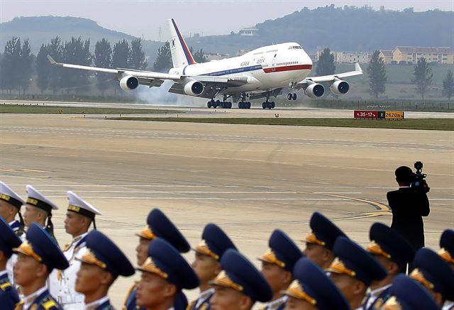 2018년 9월 18일 문재인 대통령 내외가 탑승한 전용기 공군 1호기가 평양 순안공항에 착륙하고 있다. 평양사진공동취재단