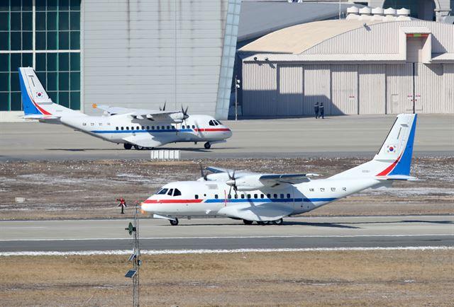 [공군 3호기와 5호기] 다이아몬드 프린세스호의 한국인 승객 수송에 투입된 공군 3호기가 18일 서울공항 활주로를 달리고 있다. 뒤에 보이는 공군 5호기는 공군 3호기와 같은 기종VCN-235이다. 성남=뉴시스