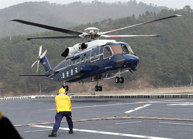 [전용 헬기] 2019년 3월 5일 문재인 대통령과 부인 김정숙 여사를 태운 전용 헬기가 해군 독도함 갑판 위에 착륙하고 있다.