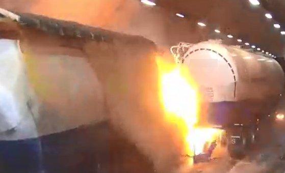 지난 17일 낮 12시 23분께 순천~완주 간 고속도로 상행선 남원 사매 2터널에서 탱크로리가 쓰러져 화재가 발생, 차량 수십 대가 잇따라 추돌했다.   CCTV에는 사고 당시 빙판길에 미끄러진 트레일러 등 차량 6~7대가 터널 내 1·2차로에 뒤엉킨 모습이 포착된다. [연합뉴스]