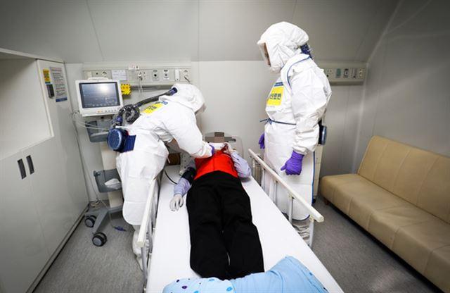 신종 코로나바이러스 감염증(코로나19) 확진자가 경기 고양시 명지병원의 음압병상에서 치료를 받고 있다. 명지병원 제공