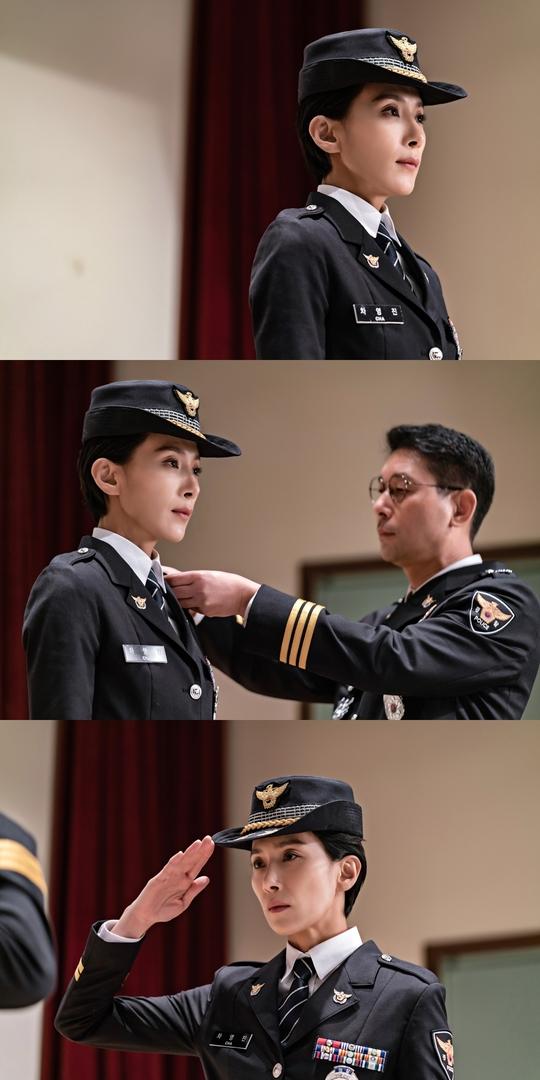 '아무도 모른다' 김서형, 경찰 정복 입었다..각잡힌 경례 포착[헐크 토토|허쉬 토토]
