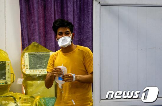 코로나19에 감염된 이란 신학생. © 로이터=뉴스1