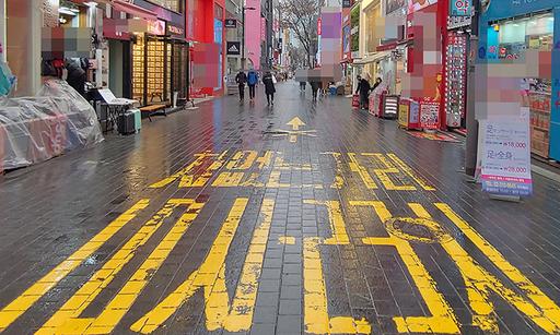 전국적으로 비가 내린 지난 28일 오전 서울 명동거리는 한산한 모습을 보이고 있다.