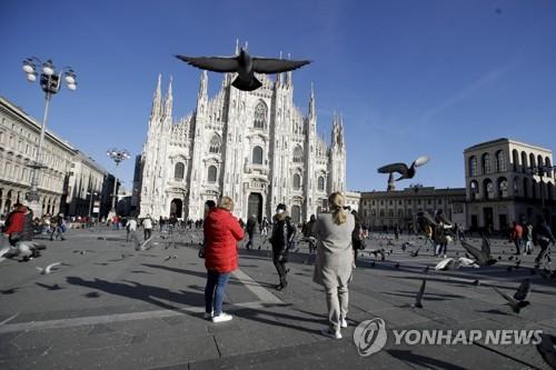 한산한 모습의 밀라노 대성당(두오모) 앞 광장. 2020.2.28. [AP=연합뉴스]