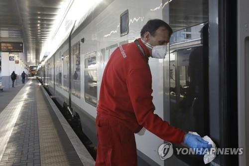 열차를 소독하는 보건당국 직원의 모습. 2020.2.28. [AP=연합뉴스]