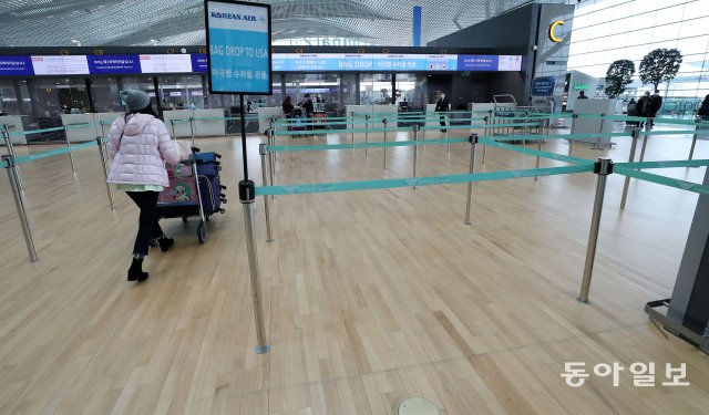 米国政府は、コロナ19の拡散と関連して、米国行きの旅行のための医療検査の強化を注文したうちの1日午前、仁川国際空港第2ターミナルの航空会社の米国行き専用カウンターが緩い姿を見せている。