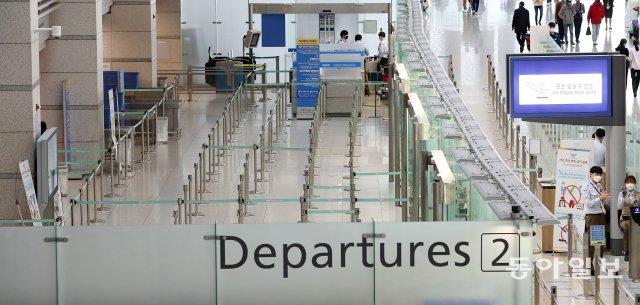 新型コロナウイルス(コロナ19)感染が国内で増え続けている中、1日、仁川国際空港第1ターミナル出発ロビーには、韓国出発旅客機運航中止、韓国人の自国入国拒否などにより、観光客がいない寒いです。