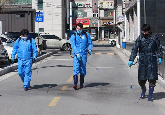 ▲6일 태백 365세이프타운 공무직원들이 장성재래시장 주변에서 방역활동을 펼치고 있다. ⓒ태백시