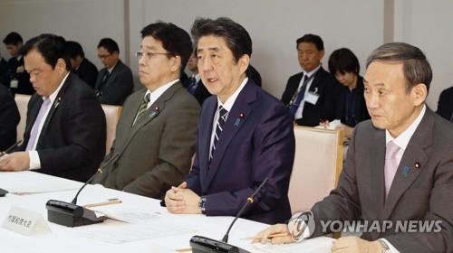 """코로나19 회의 발언하는 일본 아베 총리 (도쿄 교도=연합뉴스) 아베 신조(安倍晋三) 일본 총리가 5일 오후 도쿄 총리관저에서 열린 코로나19 대책본부 회의에서 발언하고 있다.      교도통신은 아베 총리가 이날 """"중국·한국으로부터의 입국자에 대해 검역소장이 지정한 장소에서 2주간 대기하고 국내 대중교통을 사용하지 말 것을 요청한다""""고 말했다고 전했다.  2020.3.5 zjin@yna.co.kr"""